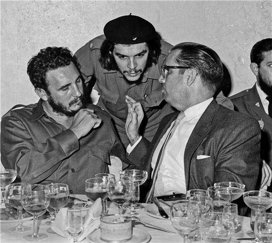 1960년 쿠바 공산 혁명의 주역 체 게베라(중앙)와 피델 카스트로(왼쪽)가 리셥센 장에서 대화하고 있다. (사진=AP연합)