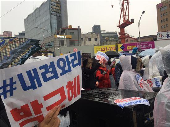 ▲제4차 박근혜 대통령 퇴진 시국대회가 열린 대구 중앙로 반월당네거리 시민들 모습