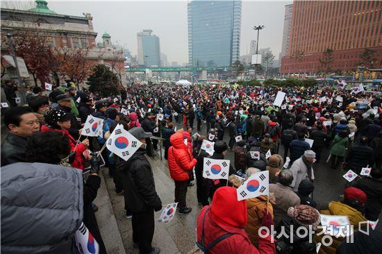 ▲'새로운 한국을 위한 국민운동(이하 국민운동)' 주최로 26일 오후3시께 서울역 광장에서 열린 '제3차 대통령 하야반대 및 안보지키기 국민대회'는 오후 5시께 마무리됐다.
