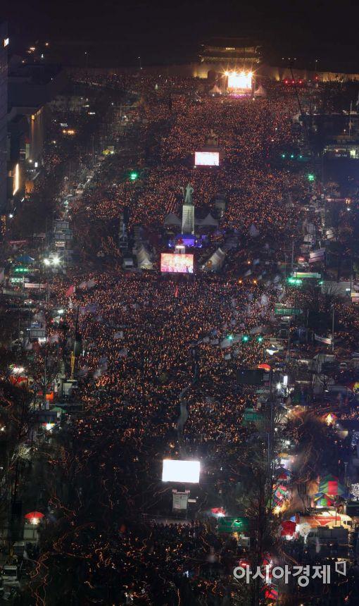 [포토]추운 날씨에도 촛불 든 시민들
