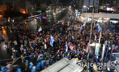 """[11·26 촛불집회]청운동 경찰 """"지금부터 해산명령…불법행위 경찰력 집행""""(속보)"""