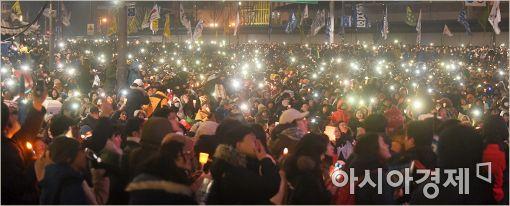 [포토]토요일밤 밝히는 촛불