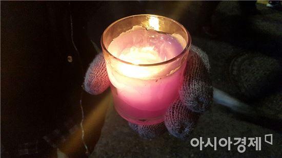 [11·26 촛불집회]양초 머리띠부터 닭모양 초까지…촛불집회 이모저모