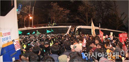 [포토]청와대 진입로 막아서는 경찰