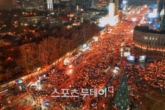 26일 서울 도심에서 진행된 5차 범국민 촛불집회에 150만명(경찰추산 27만명)의 시민들이 나와 박근혜 대통령의 퇴진을 요구하고 있다.