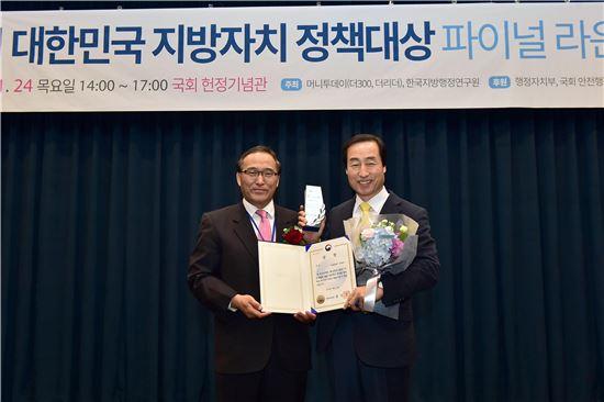 문석진 서대문구청장(오른쪽)이 홍윤식 행정자치부 장관(오른쪽)