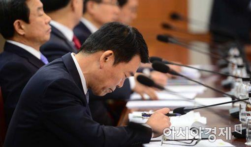 [포토]심각한 표정의 강호인 국토교통부 장관