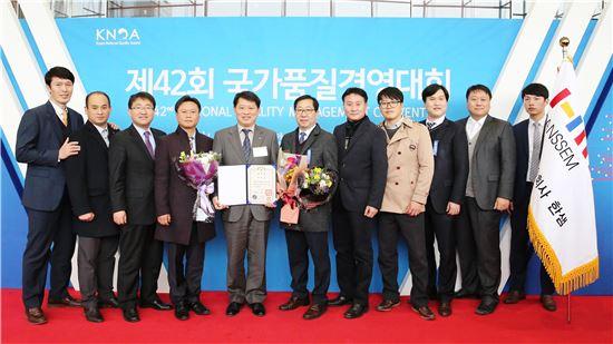 국가품질경영상 대통령표창 수상한 안흥국 부사장(왼쪽부터 5번째)과 한샘 직원 일동(사진=한샘 제공)