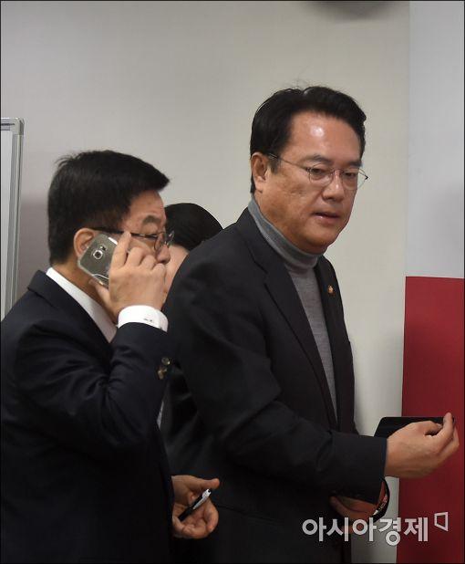정진석 새누리당 원내대표(오른쪽)