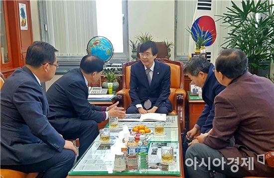 안병호 함평군수가 28일 국회에서 조경태 기획재정위원장을 만나 군정 현안을 설명하고 예산지원을 요청했다.