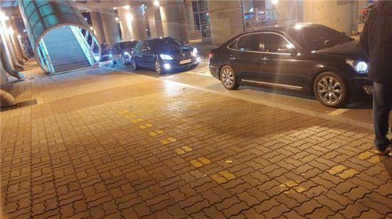 황교안 총리를 태우기 위해 대기하는 고급 차량들/사진=김태준 씨 페이스북 캡처