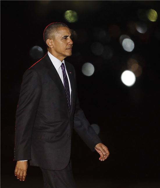▲버락 오바마 대통령 뒤로 크리스마스 조명의 빛이 퍼지고 있다. (AP=연합뉴스)