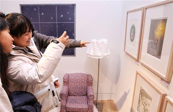 30일 현대어린이책미술관에서 열린 '그림+책+아트'를 찾은 어린이들이 전시회를 구경하고 있다.