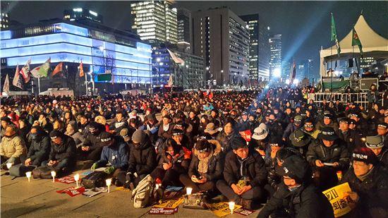 30일 오후 서울 광화문광장에서 열린 촛불집회에 주최측 추산 3만명의 시민들이 참석한 가운데 박근혜 대통령의 즉각 퇴진을 촉구하고 있다.