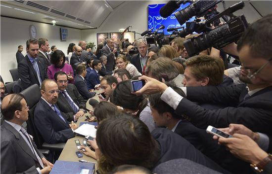 산유량 감산을 결정한 지난달 30일(현지시간) OPEC 회의 참가자들 향해 기자들이 취재 경쟁을 하고 있다.(사진=EPA연합)