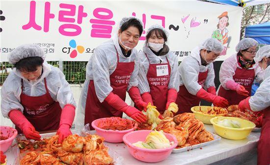 허민회 CJ오쇼핑 대표가 임직원 100여명과 함께 방배노인종합복지관에서 진행된 사랑의 김장 나눔 봉사활동에 참여해 기념 촬영을 하고 있다.