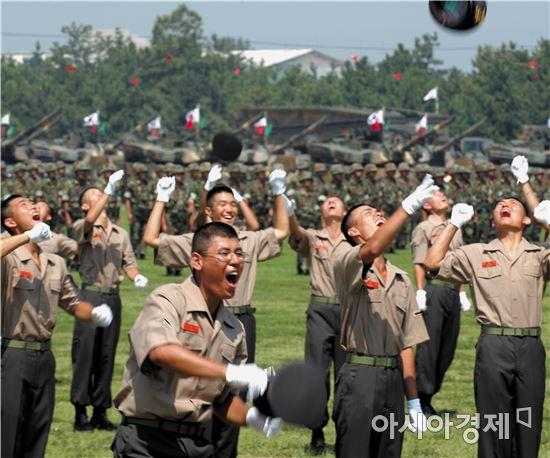 이날 새내기 소위 임관자는 해군 66명(여군 11명), 해병대 18명 등이다.