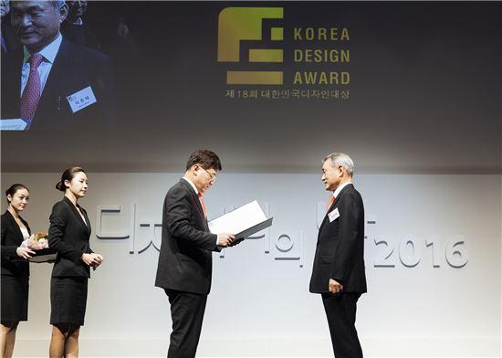 이종태 퍼시스 대표가  지난달 30일 열린 제18회 대한민국디자인대상에서 디자인공로 부문 산업포장을 수상하고 있다.(사진=퍼시스 제공)