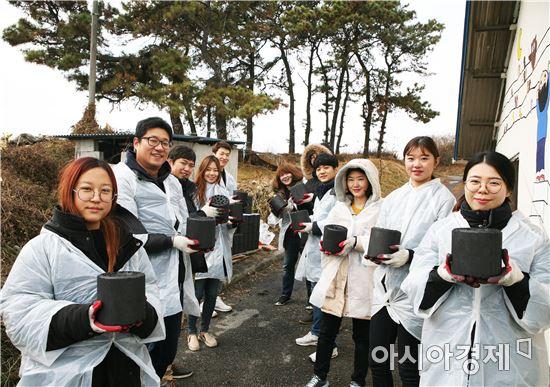 ▲삼성디스플레이 임직원들이 충남 지역 소외이웃을 찾아 연탄을 전달하고 있다. (제공=삼성디스플레이)