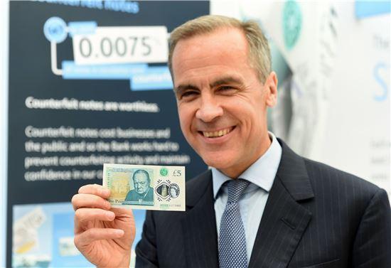 ▲지난 9월 발행된 5파운드 지폐를 들고 환하게 웃고 있는 마크 카니 BOE 총재(사진=AP연합뉴스)
