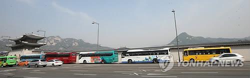 경복궁 주변에 불법 주차된 관광버스. 사진 출처=연합뉴스