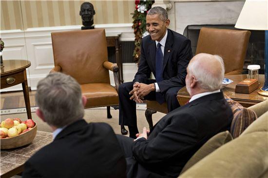 ▲노벨상 수상자들과 대화를 나누는 오바마 대통령. (EPA=연합뉴스)