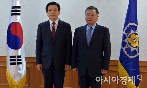 [포토]기념사진 찍는 황교안 총리-박영수 특검