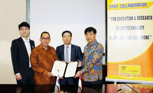 이종욱 대웅제약 부회장(오른쪽에서 두번째)이 국립 인도네시아 대학의 무하마드 아니스(Muhammad Anis) 총장과 바이오의약품 개발 및 교육분야 협력에 대한 양해각서를 체결하고 기념사진을 촬영하고 있다.