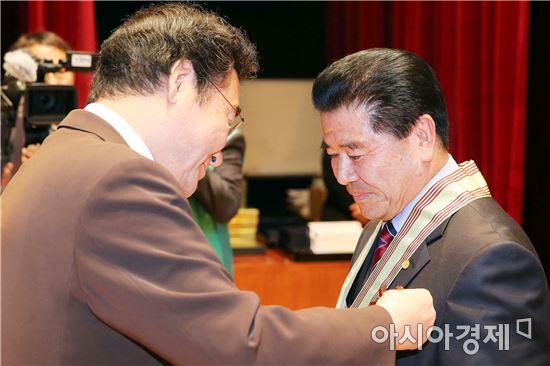 [포토]이낙연 전남지사,전라남도 새마을지도자대회 참석