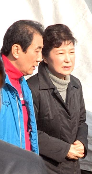 박근혜 대통령이 1일 대구 서문시장 화재현장을 방문해 관계자의 설명을 듣고 있다. <사진제공: 연합뉴스>