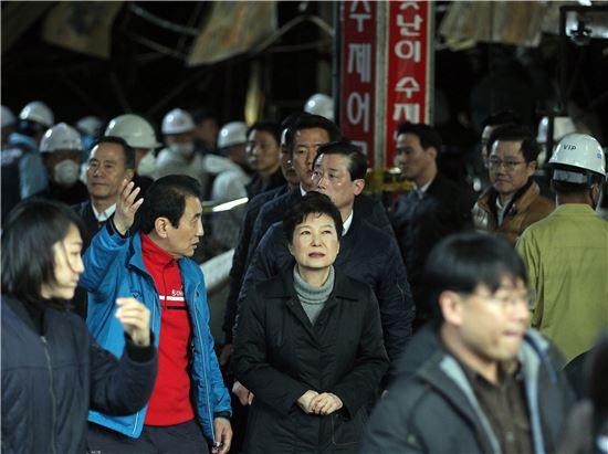 박근혜 대통령이 1일 대구 서문시장 화재현장을 둘러보고 있다. <사진제공: 연합뉴스>
