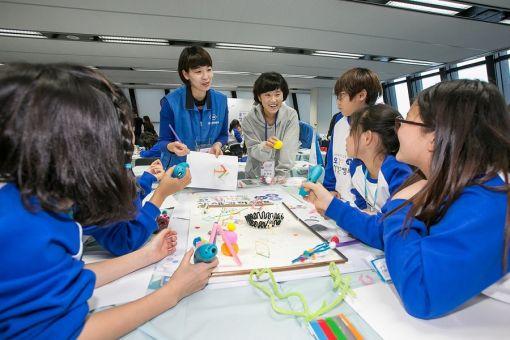 한국로슈와 함께하는 오감만족 생생과학캠프에 참가한 어린이들이 3D 프린트 펜을 활용해 '과학자를 꿈꾸며 떠나는 미래여행'을 주제로 작품을 만들고 있다.