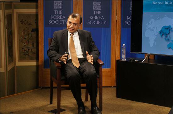 코시 마타이 IMF 아태국 부단장이 1일(현지시간) 뉴욕 코리아소사이어티에서 열린 좌담회에서 한국 경제에 대한 전망에 대해 설명하고 있다.