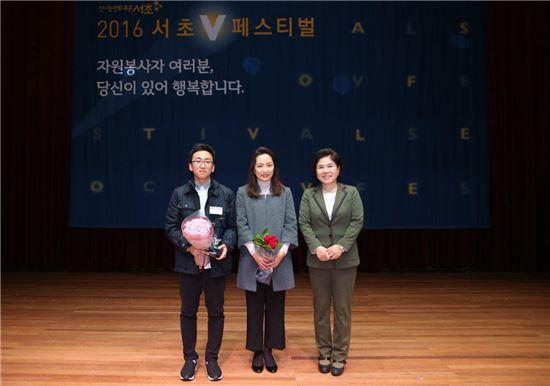 대상 수상한 정연태 가족 (왼쪽부터 정연태, 모 이소영, 조은희 서초구청장)