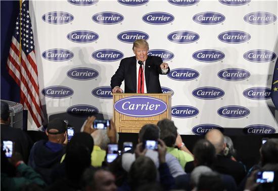 """도널드 트럼프 미 대통령 당선인이 1일 인디애나주의 캐리어 공장에서 """"기업들은 상응한 대가를 치르지 않고선 미국에서 빠져나가지 못할 것이다. 그런 일은 일어나지 않을 것이라고 장담한다""""고 강조했다. (사진=AP연합)"""