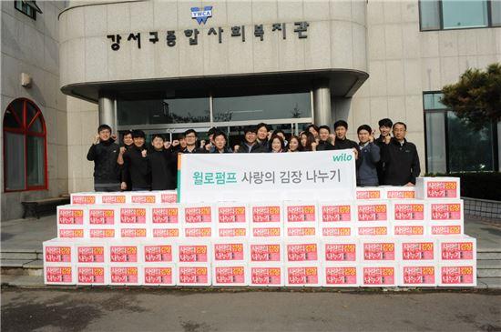 윌로펌프 임직원들이 지역 저소득층 200세대에 전달할 '사랑의 김장 나누기' 봉사활동을 하고 기념촬영을 하고 있다.