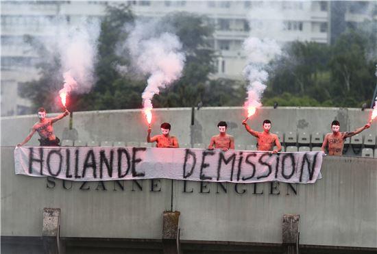 ▲지난 6월 횃불을 든 시위대가 프랑수아 올랑드 프랑스 대통령의 퇴진을 요구하고 있다.(사진=AP연합뉴스)