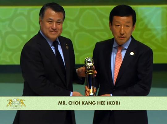 전북 현대 최강희 감독(오른쪽)이 2일 아랍에미리트연합 아부다비에서 한 'AFC어워즈'에서 올해의 감독상을 수상하고 있다 [사진=AFC 중계화면]
