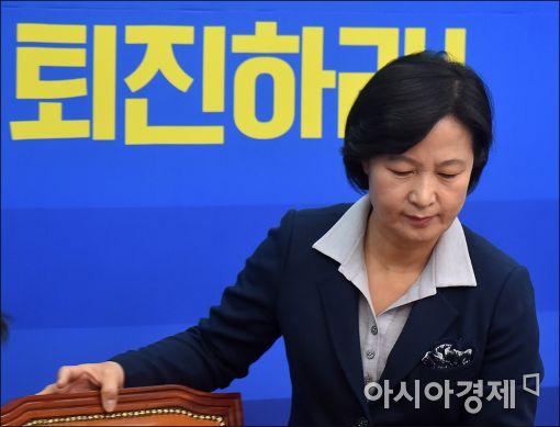 [포토]최고위원회의 참석하는 추미애 대표