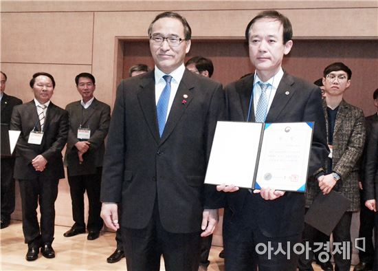 홍윤식 행정자치부 장관, 김원곤 보성군 기획예산실장(왼쪽부터)이 기념촬영을 하고있다.
