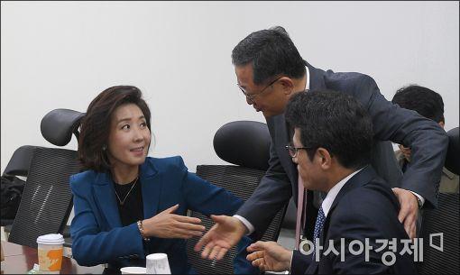 [포토]인사 나누는 나경원·김재경·정병국
