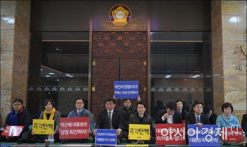 [포토]'박근혜 퇴진' 국회 본회의장 앞 농성