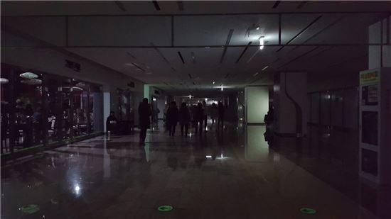 정전으로 인해 강남 코엑스 일부에서 불이 꺼져있다. (사진= 일부 커뮤니티 캡쳐)