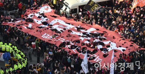 지난 3일 여의도 새누리당사 앞에서 열린 시민들의 규탄 집회 모습.