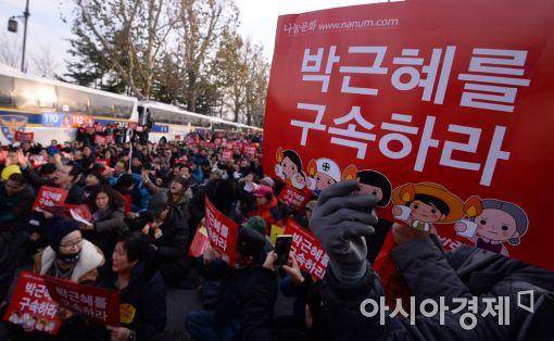 ▲국민들이 청와대 앞에서 '박근혜 퇴진과 구속'을 촉구하며 시위를 벌이고 있다.[사진=아시아경제DB]