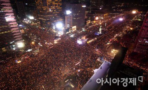6차 촛불집회가 열린 지난 3일 서울 광화문광장에 모인 시민들이 촛불을 밝힌 채 박근혜 대통령의 즉각 퇴진을 촉구하고 있다. 이날 주최 측 추산 서울에서 170만명, 지역에서 62만명이 모여 '헌정 사상 최대 규모'를 기록했다.(사진=아시아경제DB)