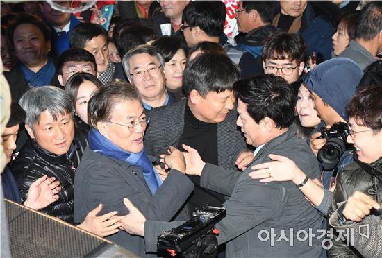 [포토]광주 촛불집회장 찾은 문재인 더민주 전 대표