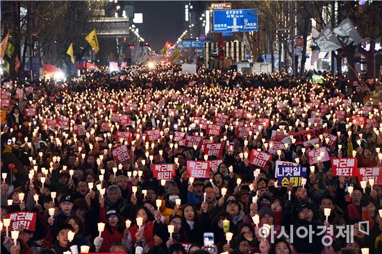 전국적으로 박근혜 대통령 퇴진을 촉구하는 촛불집회가 일제히 열린 가운데 3일 오후 광주 동구 금남로에서 박 대통령 퇴진을 촉구하는 촛불대회를 개최했다. 노해섭 기자nogary@