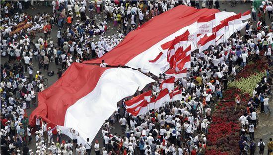 [포토]인도네시아 대형 국기 등장…대규모 집회