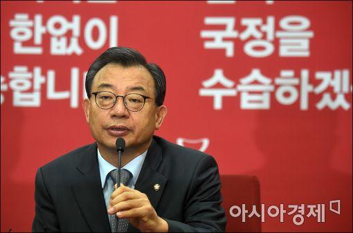 """이정현 """"朴대통령, 탄핵보단 사임 바라는 심정 전달""""(상보)"""
